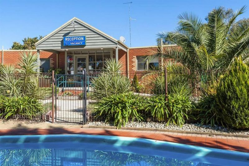COMFORT INN COACH AND BUSHMANS - St Kilda Accommodation