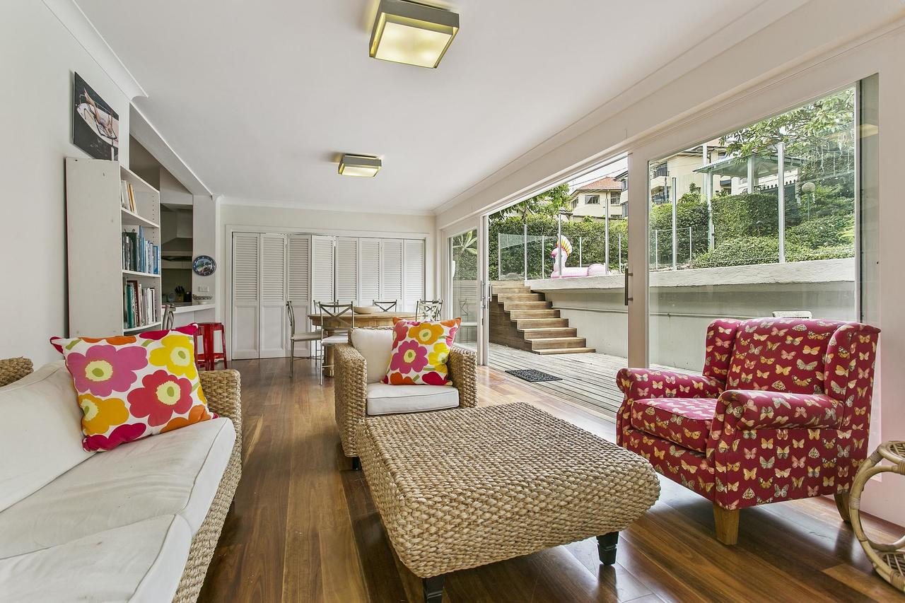 Summery spacious 4 bed home in Kurraba Point - St Kilda Accommodation